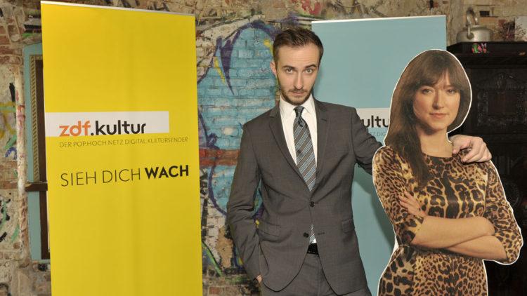 """Jan Böhmermann und als Aufsteller """"Charlotte Roche"""" (Foto: ZDF / Jürgen Detmers)"""