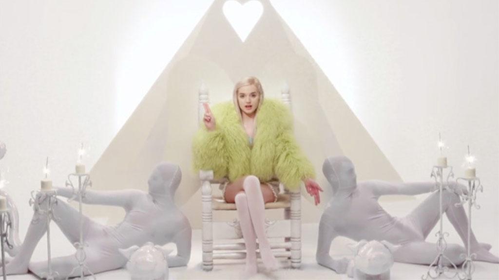 """Sängerin Poppy mit der Geste von Baphomet im Musikvideo zu """"Lowlife"""". (Screenshot: That Poppy - Lowlife)"""